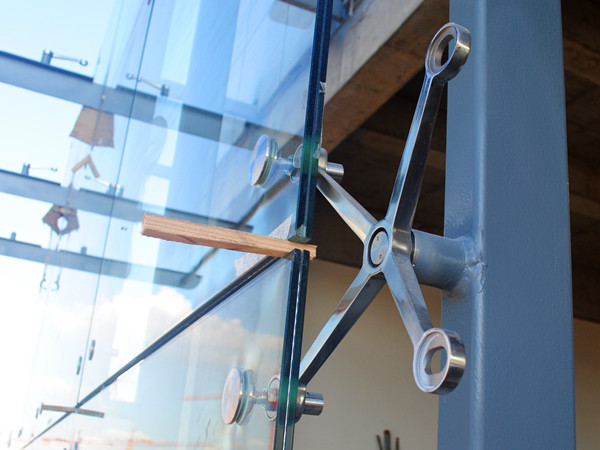 spider fitting glass wall installation